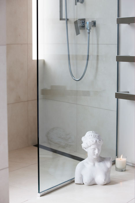 White marble shower with inscreed heating
